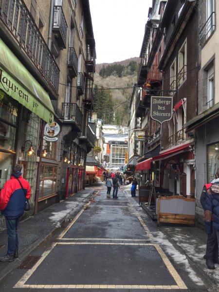 Vacances au Montdore - Rue commerçante